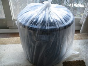 ポリ袋に包んだ味噌容器